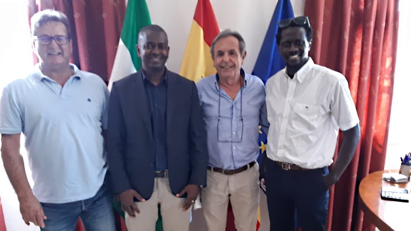 francisco montoya, Jalim Diawara, José Obradors y Philippe Gomis, ayer, en las instalaciones de la empresa agrícola en Níjar.