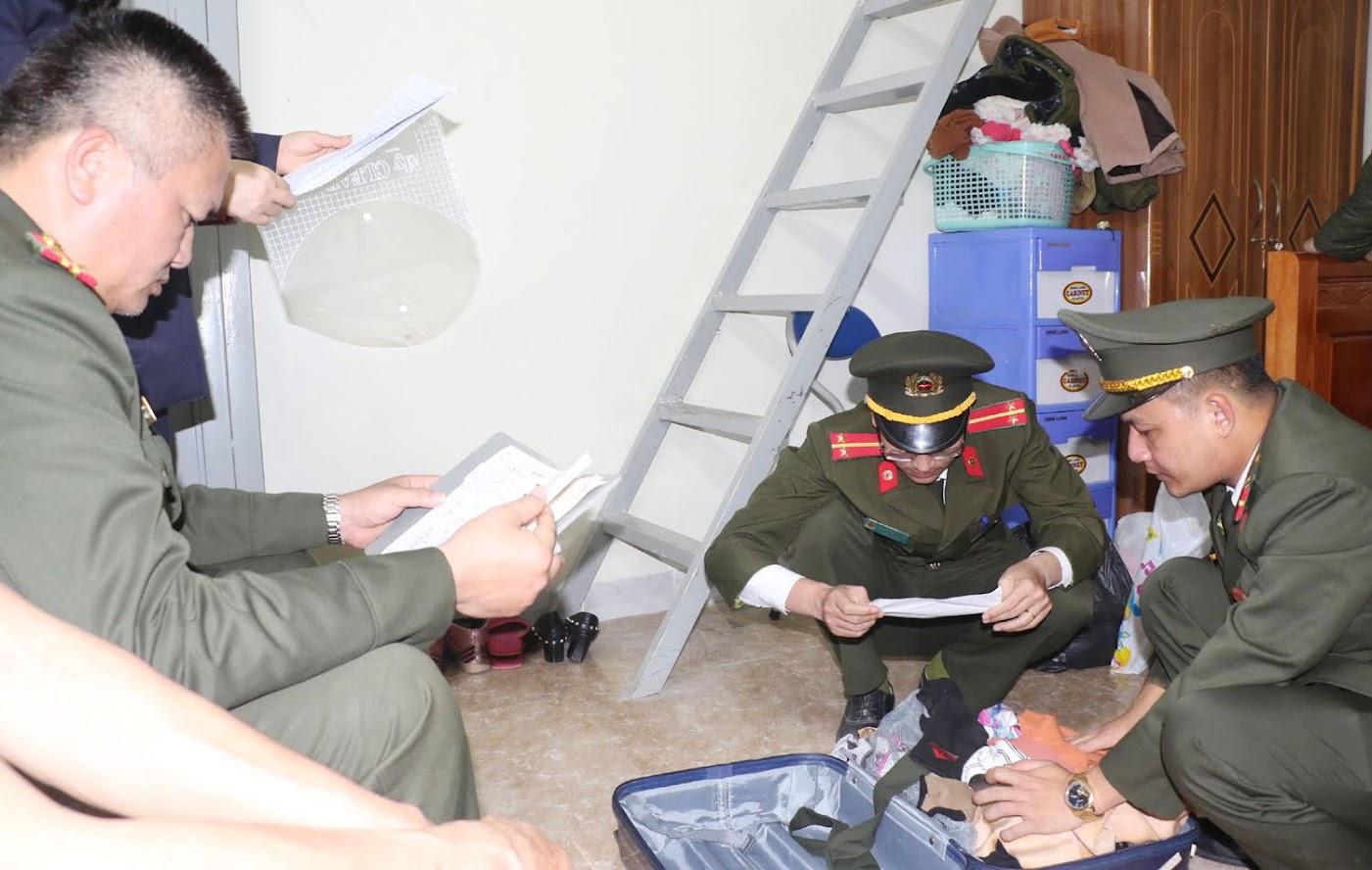 Lực lượng chức năng khám xét nơi ở của vợ chồng Nhàn