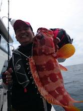 """Photo: 「やっと魚釣れたぞー!」 元気いっぱいの""""さとうさん"""" アカハタキャッチ!"""