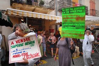 """Photo: Les Vans 24 août 2013 - Déambulation Stop aux gaz & huiles de Schiste sur le marché pour protester contre la reprise des recherches sismiques sur le permis """"Bassin d'Alès"""" - © Olivier Sébart"""