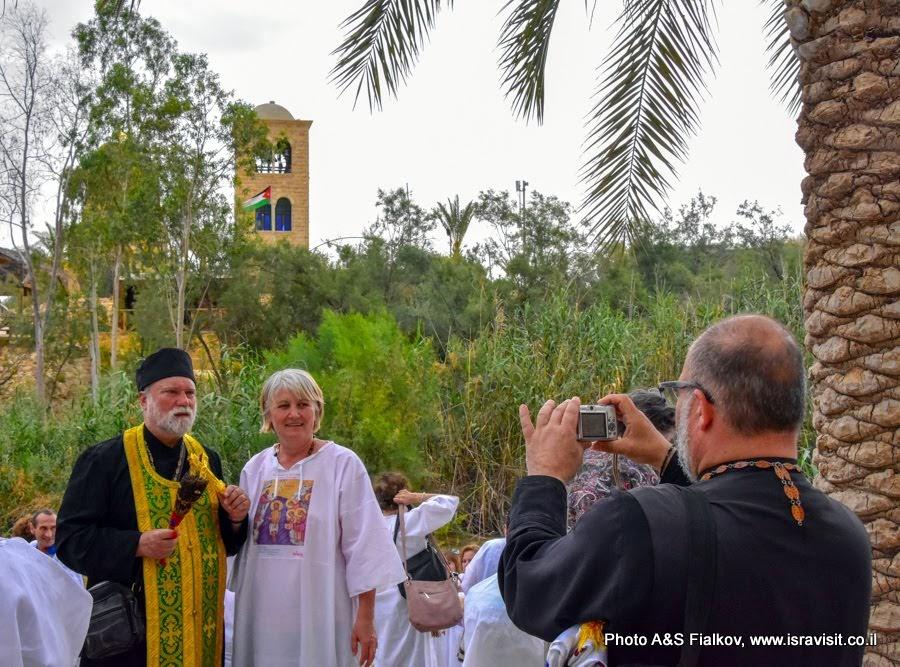 Паломники в Каср эль Яхуд – истинном месте Крещения Иисуса Христа в реке Иордан.