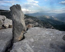 Photo: De tous les temps :la  pierre dressée au bord de l'infini.