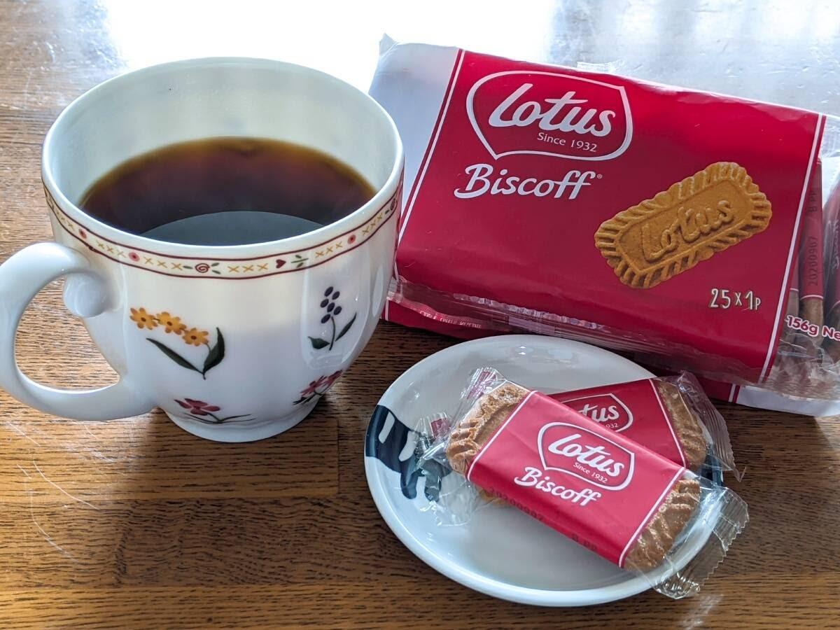三角形にカップに入ったコーヒー、ビスコフ1袋、個包装の2枚を置いている画像