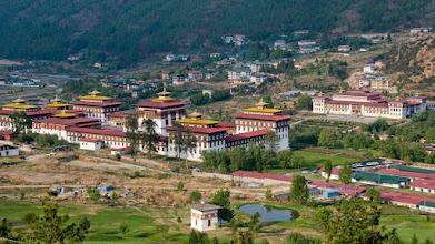 Photo: Der Dzong von Thimpu, im Hintergrund das Parlamentsgebäude