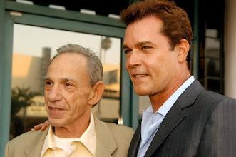 """Photo: O verdadeiro Henry Hill e Ray Liotta, que interpreta o personagem em """"Os Bons Companheiros""""."""
