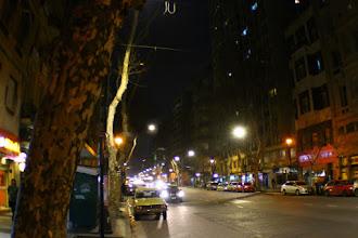 Photo: La luna llena, hacia el este, sobre la Avenida de Mayo