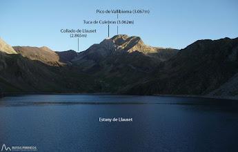 Photo: A nuestros pies el lago de Llauset, al fondo el pico de Vallibierna (3.067m) y la Tuca Culebras (3.062m).