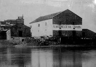 Photo: Almacén de sal e Carbón, na Moureira de Arriba Alfolí. O sal foi un produto vital para a conservación do peixe e tamén da carne, e para a transformación do coiro. As salinas locais eran pouco produtivas e deixaron de explotarse a finais do século XII. En Pontevedra está documentada a importación de sal dende o século XII dende Portugal e Francia