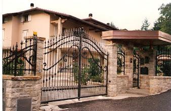 Photo: Cancello, cancellino e barriera in ferro battuto