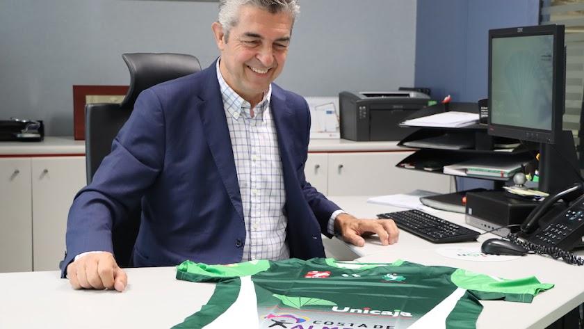 El presidente con la camiseta del equipo.