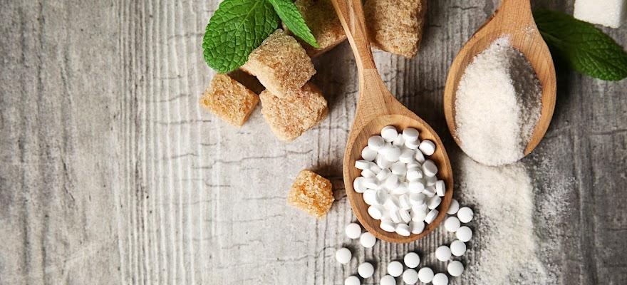 Słodziki i cukier gotowe do spożyciai leżące na stole