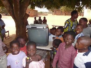 Photo: un de leurs souhaits est satisfait : un téléviseur, et aussi un lecteur DVD, super !