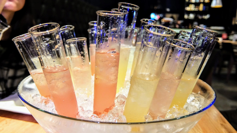 超級粉色系的顏色!! 很讓人有種少女心上身的感覺XDD 是說試管酒喝起來沒酒味,反而有點甜...
