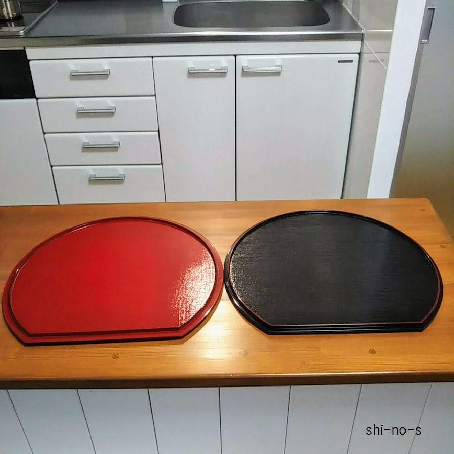 半月盆が2枚。赤と黒