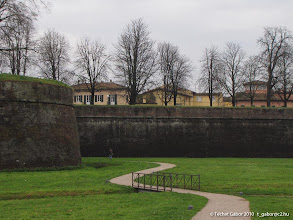 Photo: várfal és árok, Lucca