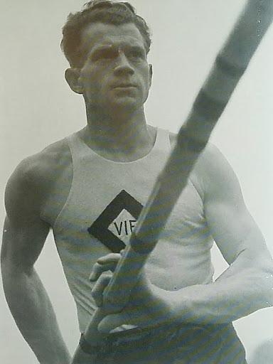 Svend Aage Thomsen blev dansk mester i tikamp i Vejle IF's trøje i 1942 og var 5. bedste i verden med 7005 point
