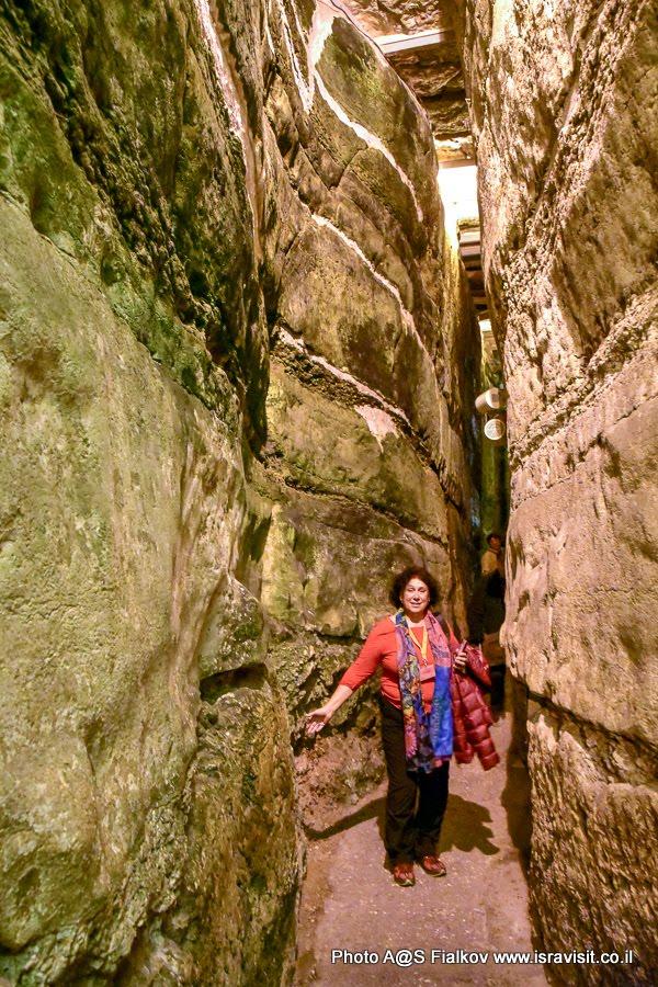 Гид в Иерусалиме Светлана Фиалкова. В тоннеле Стены Плача.