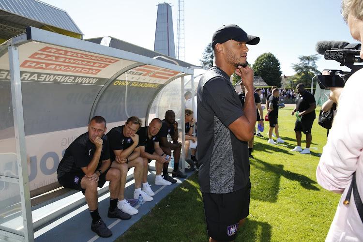 🎥 Supporters Anderlecht lopen storm voor Vincent Kompany