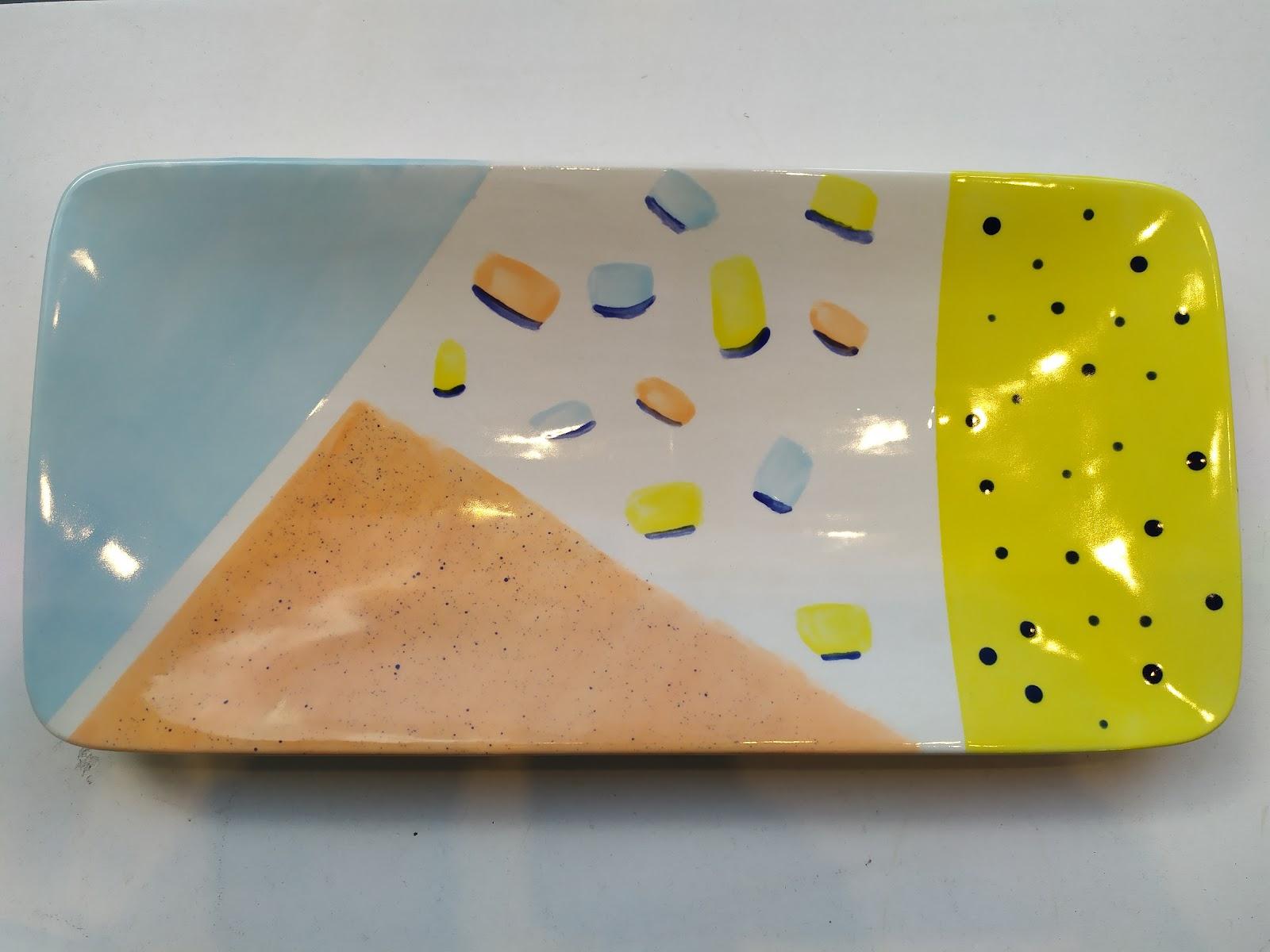 Peinture sur faïence réalisée avec du papier cache chez Cwtch Atelier Céramique
