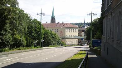 Photo: Das Fichte-Gymnasium mit der Fußgängerbrücke davor, welche den Buschey-Park mit dem Stadtgarten verbindet. Dahinter die Türme von Marien- und Johanniskirche.