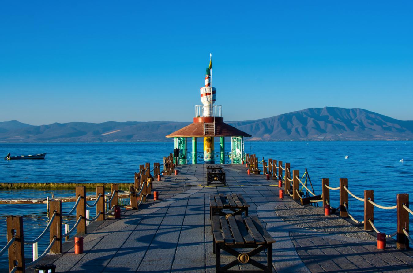 Un muelle de madera a la orilla del mar  Descripción generada automáticamente