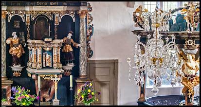 Photo: Die Seemannskirche in Prerow ist ein schlichter Backsteinbau aus dem 18.Jahrhundert. Den Kristallleuchter erhielt die Kirche aus Dankbarkeit von einer geretteten Schiffsmannschaft.