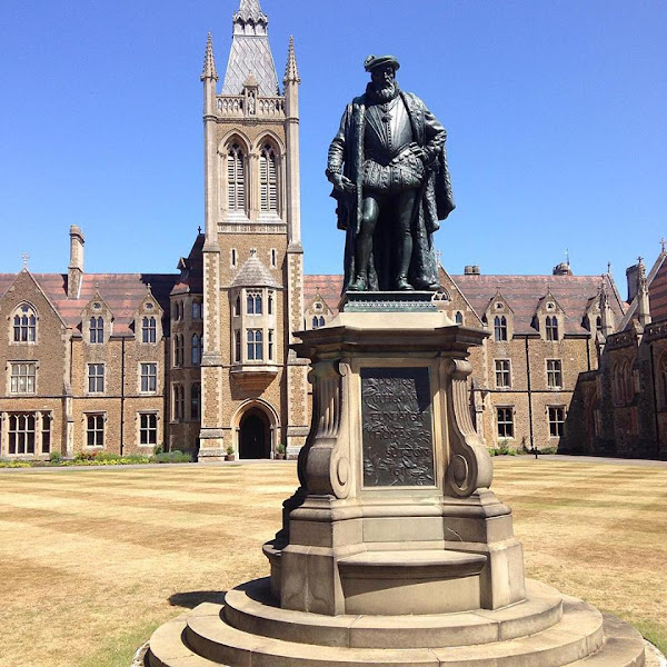 Photo: Thomas Sutton, Charterhouse School (10 July 2015) By James Mason-Hudson via Wikimedia Commons (CC BY-SA 4.0) https://commons.wikimedia.org/wiki/File:Thomas_Sutton_statue.jpg  ★画像使用記事 『刑事フォイル』 http://inagara.octsky.net/keiji-foyle