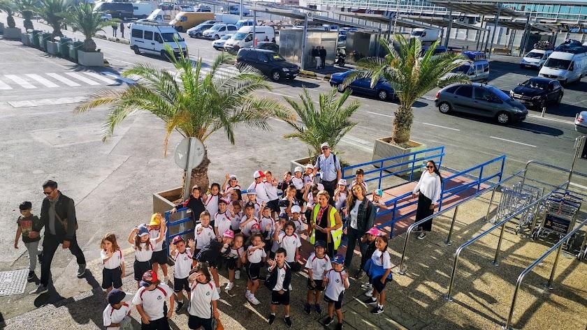 Un grupo de más de 40 alumnos de primer ciclo de Primaria durante la visita al Puerto.