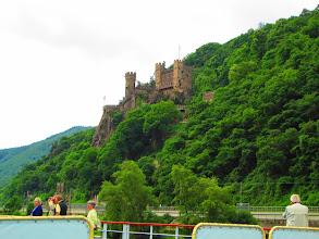 Photo: Rhein , eine der vielen Burgen