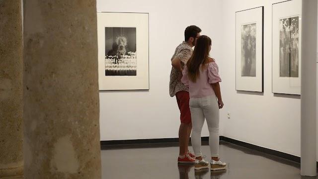 Visitantes en una exposición del Centro Andaluz de la Fotografía.