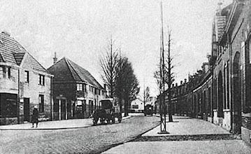 Photo: 1928 - Broekhovenseweg, Rechts apotheker Van Gorp en links de Vlimmenhoefstraat
