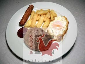Photo: Hamburgesa con salchicha, huevo y pataticas