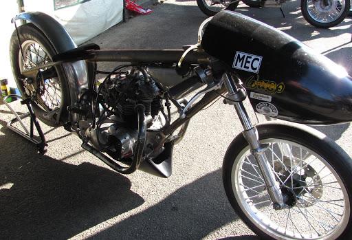 dragster-moteur-triumph-au-run-d-or-classic-presente-par-machines-et-moteurs