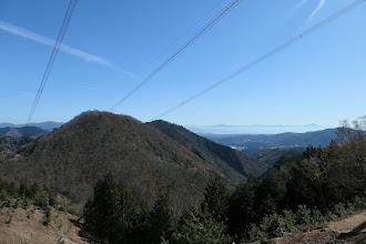 鉄塔から雲洞谷山(中央奥)と琵琶湖(右)
