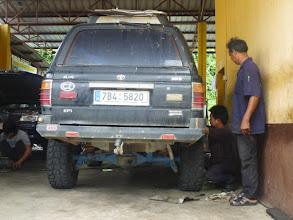 Photo: Na cestě z Hat Yai nám přestaly patřičně fungovat brzdy. Šikulové ve městě Trang zjistili, že máme prodřen rozvod s brzdovou kapalinou. Nic, co by nezvládli opravit.