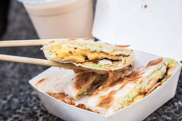 台北車站美食推薦,純手工脆皮蛋餅,小魚辣椒必加!蛋要酷手工蛋餅專賣店