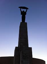 Photo: Socha Svobody (Szabadság-szobor) od Zsigmonda Kisfaludiho Strobla na Gellértově vrchu, v pozadí Citadela.