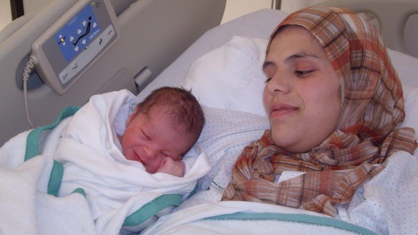 Una madre magrebí junto con su recién nacido.