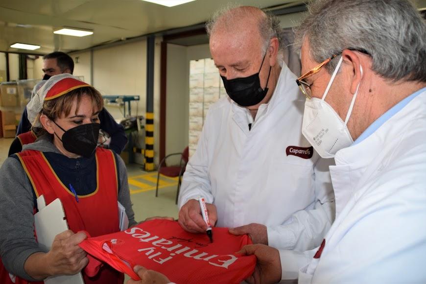 El ex seleccionador nacional recibió muchas muestras de cariño y firmó camisetas.