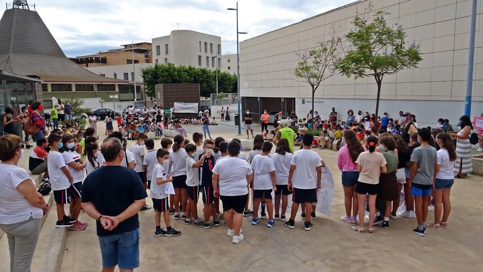 Estudiantes, profesorado y padres y madres del barrio almeriense de Nueva Andalucía han salido a la calle.