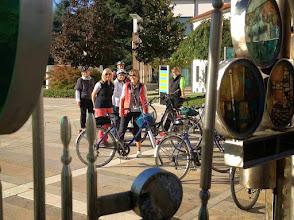 """Photo: Ausgangspunkt für die Ausflüge ist das Glasmonument in Montegrotto, Piazza Roma (vor dem Rathaus); schräg gegenüber das """"Radhaus"""" BROMBIN, wo Fahrräder ausgeliehen werden können."""