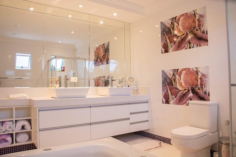 Jasna łazienka w stylu glamour
