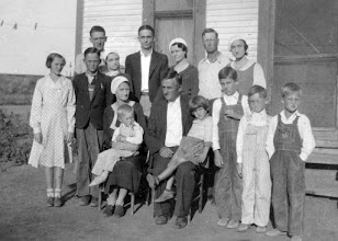 Photo: Barrett & Flora Franks & Family, (rear, l-r) Lloyd & Mary, Eck & Mil, Euel & Zela Balkcom; children standing Melba, O.B., Harold, Loren Balkcom, Bud; in laps Don Balkcom, Jeanne Franks, c1937