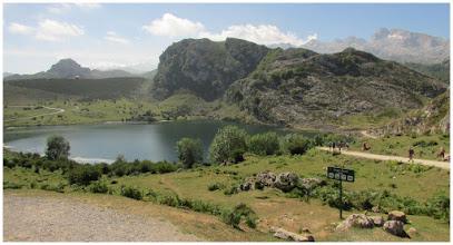 Photo: Con el entorno del Lago Enol (1072 m) como marco paisajístico comenzamos ruta.