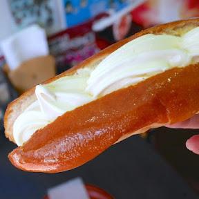パンの具材がソフトクリーム!?大阪アメリカ村の名物スイーツ『元祖アイスドッグ』が個性的すぎる