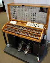 """Photo: O Mixtur-Trautonium, instrumento eletrônico antigo utilizado em """"Os Pássaros"""", para criar a maior parte do som das aves para o filme."""