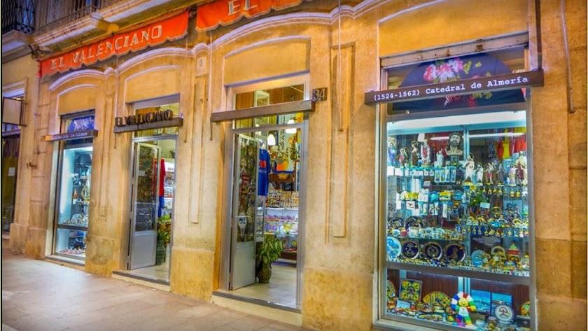 El Valenciano está situado al comienzo de la calle Las Tiendas