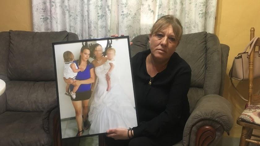 Dolores Serrano, con una fotografía de su hija con una de sus nietas en brazos.