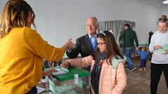 Gabriel Amat votó acompañado de una de sus nietas.