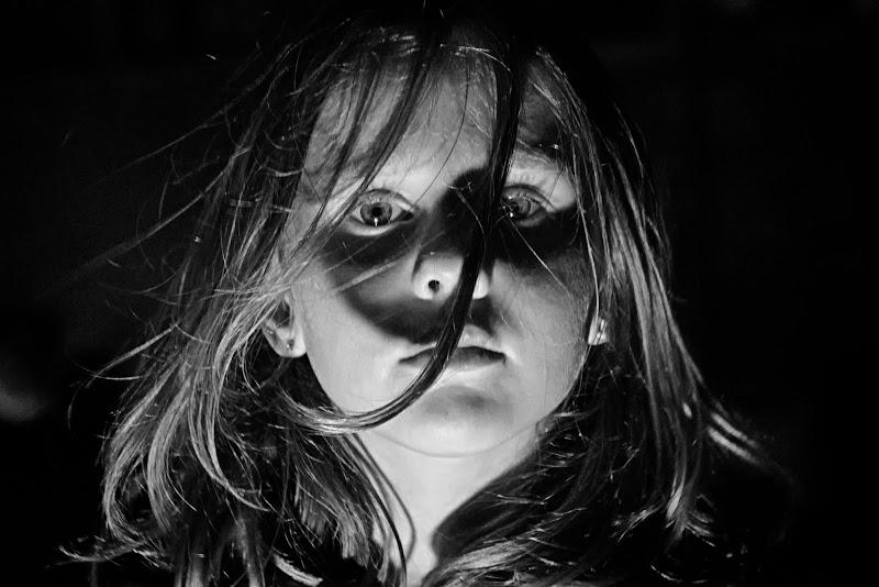sguardo chiaro scuro di Miki Sarace